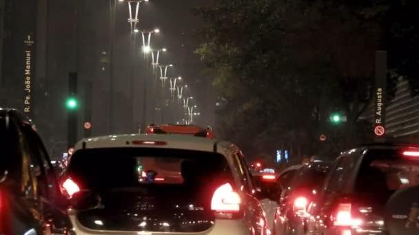 Doprava na Paulista Avenue v noci, ve městě Sao Paulo