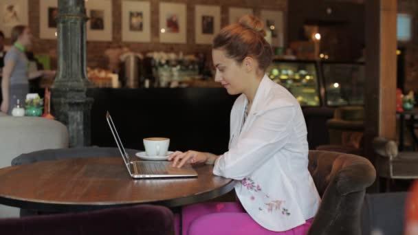 mladé krásné obchodní lady, pracovat na notebooku, posezení v útulné kavárně