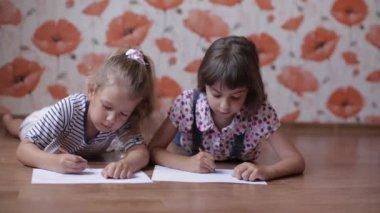Kinder gehen durch sommerpark mit luftballons zwei kleine for Sofa zeichnen kinder