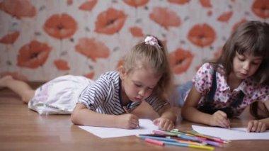 Kinder schwimmen im fluss und spritzwasser zwei kleine for Sofa zeichnen kinder