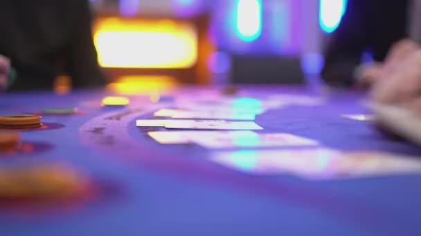 Glücksspiel Black Jack in einem Casino - Hinzufügen von Karten auf Anfrage