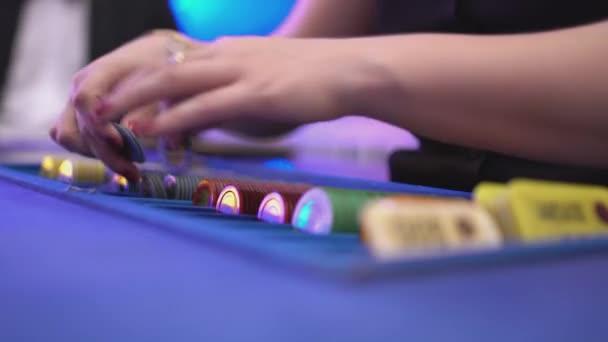 Glücksspiel Black Jack in einem Casino - Händler Arten spielen Kartoffelchips und Spiel beginnt