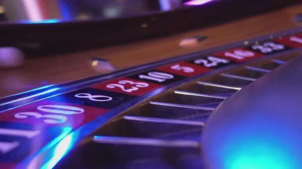 Vista a macroistruzione su una ruota della Roulette in un casinò - 30 rosso vince