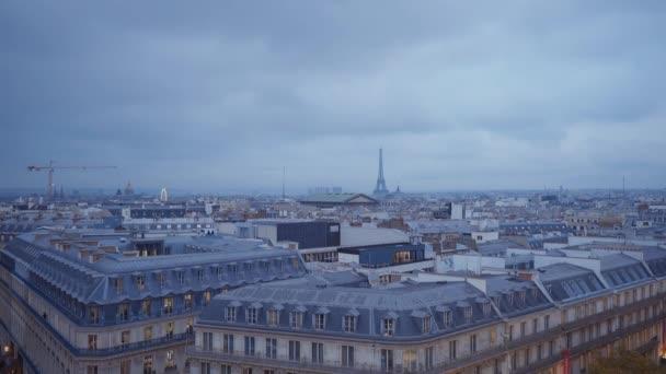 Eiffelova věž v Paříži v večerní pohled ze střechy