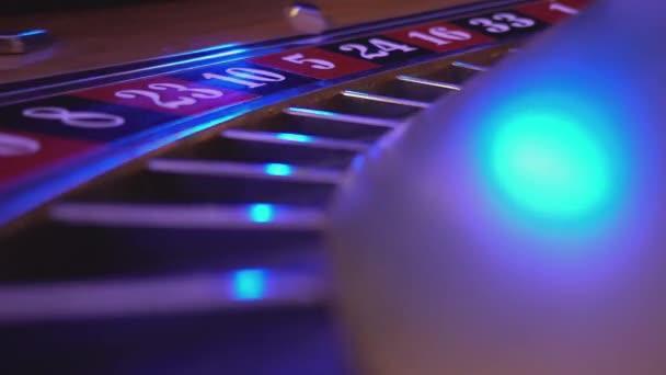 Makro zobrazení na ruletě v Casinu - ball spadá v poli 16 červená