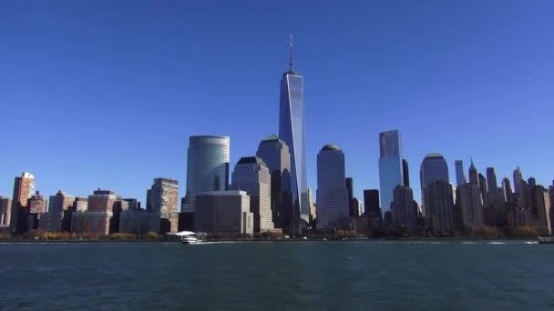 Panorama Manhattanu s novým WTC za slunečného dne