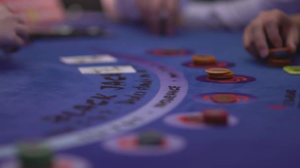 Händler, die Abgabe von Karten an Black Jack Tisch