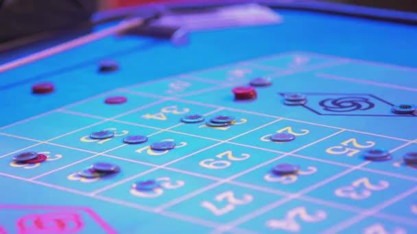 Ruletového stolu v kasino - 34 výhry - groupier odstraní ztracené žetony