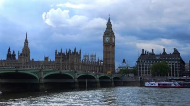 Westminster bridge a domy parlamentu s big Benem