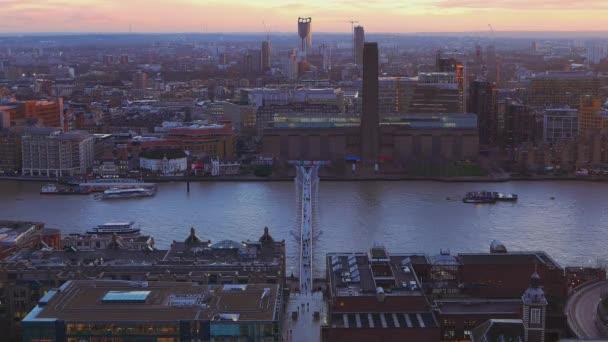 Řeka Temže Londýn a Millennium Bridge večer - pohled shora