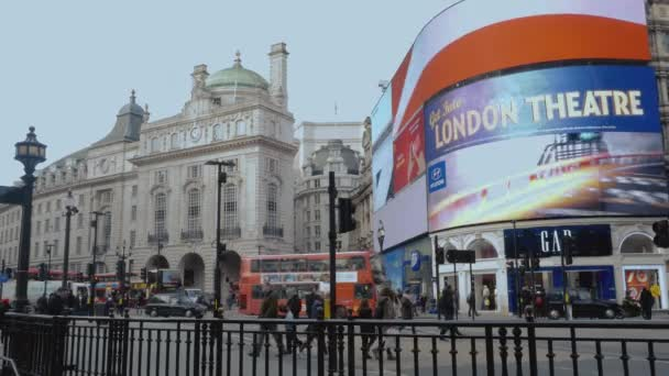 Velké reklamní obrazovky na Piccadilly Circus v Londýně 16 ledna 2016