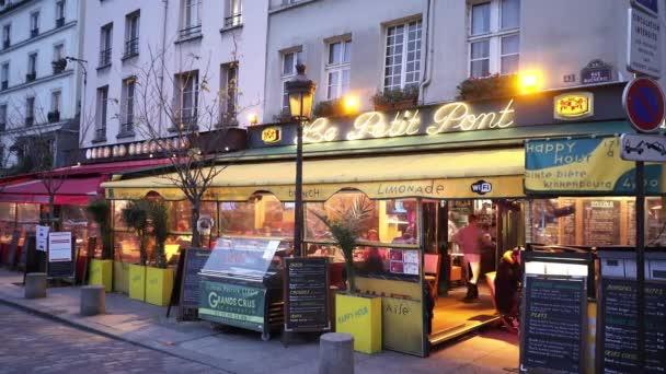 Malé pouliční kavárny a restaurace v Paříži - Paříž, Francie
