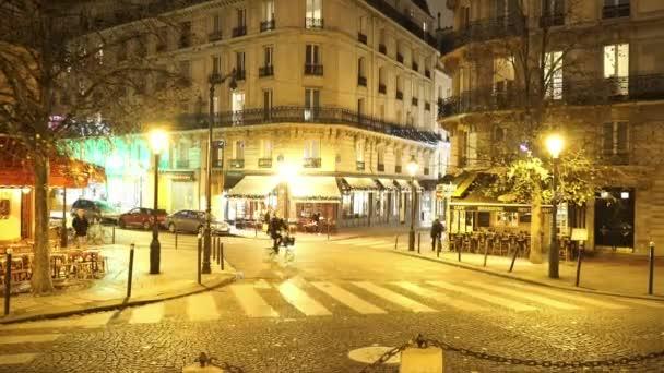 Typická ulice roh v Paříži v noci - Paříž, Francie