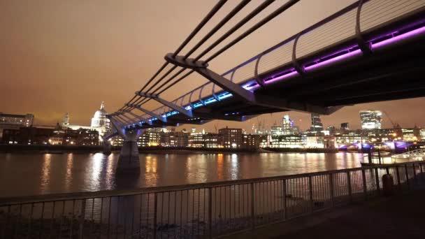 Velká noční záběr barevné světelné Millennium Bridge Londýn - Londýn, Anglie