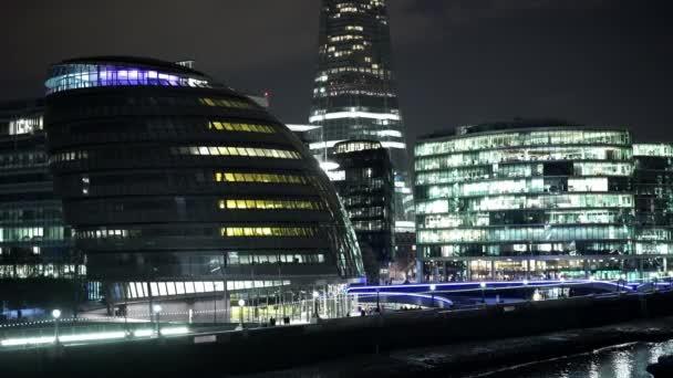 Úžasný noční záběr z londýnské City Hall a Temže u řeky - Londýn, Anglie