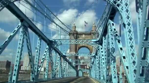 Jízdy na starý most přes řeku Ohio jako Brooklyn Bridge - Cincinnati, Ohio Usa