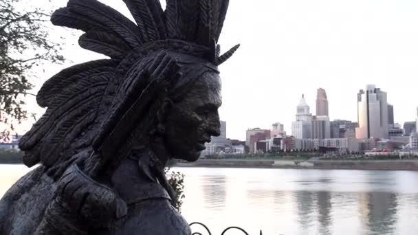 natív amerikai szobor: Ohio folyó - Cincinnati, Ohio-Usa
