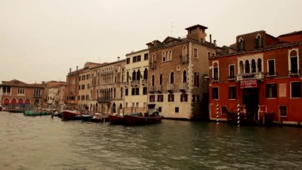 Bootsfahrt durch den Canale Grande in Venedig
