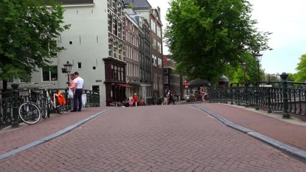 Amsterdam typické zobrazení ulic v oblasti průplavu na Leidsegracht