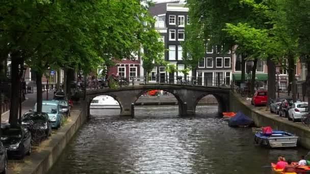 Romantický pohled z Leidsegracht na pánské kanálu v Amsterdamu