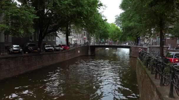 Romantický výhled na kanály v Amsterdamu