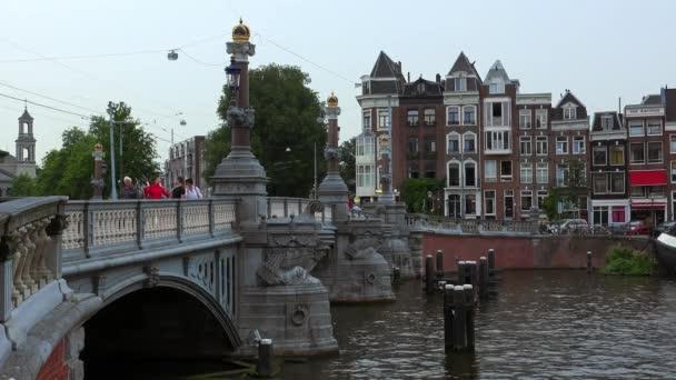 Nádherný most přes řeku Amstel