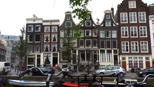 typické amsterdamské budovy