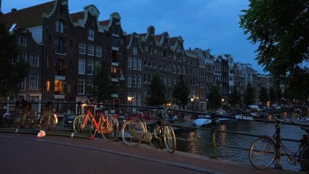 Typický pohled kanály Amsterdamu v noci