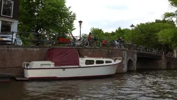 Malé mosty v kanálech v Amsterdamu