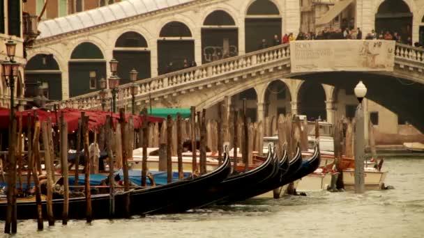Rialto-Brücke in Venedig und Gondeln