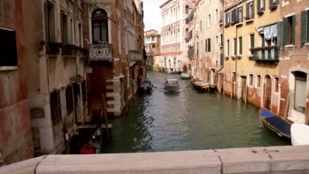 Gondel und Boot im Kanal - Venedig, Venedig