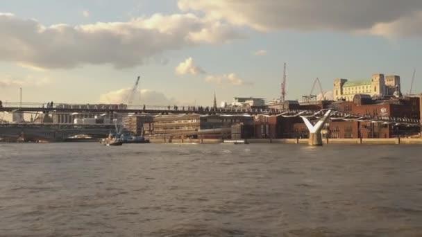 Řeka Temže plavba na Millennium Bridge