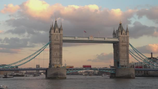 London Tower Bridge od řeky Temže
