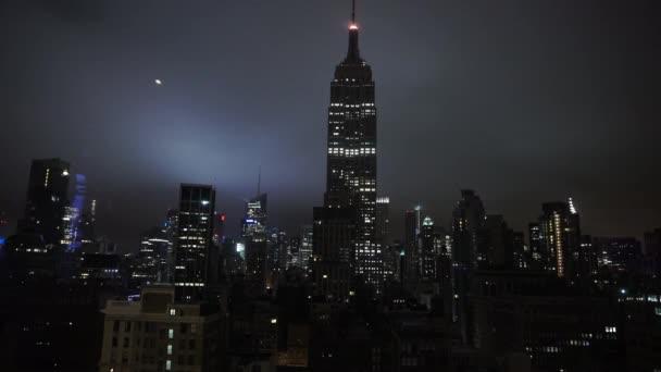 Empire State building v temné noci úžasné Prohlédni New York, Usa