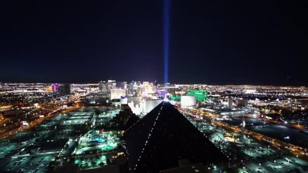 Slavný Xenon světlo Luxor hotel Vegas v noci - Las Vegas, Nevada/Usa
