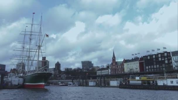Großes Segelschiff im Hamburger Hafen