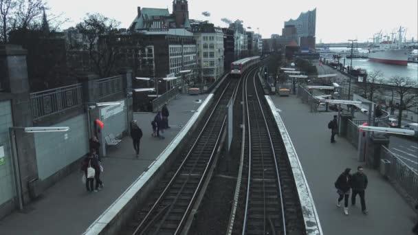 Ankommende Straßenbahn am Hamburger Hafen Hamburg Deutschland