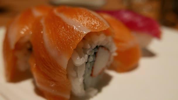 Japanisches Sushi - Nahaufnahme - frischer Lachs