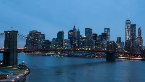 Ponte di Brooklyn e Manhattan skyline timelapse al crepuscolo