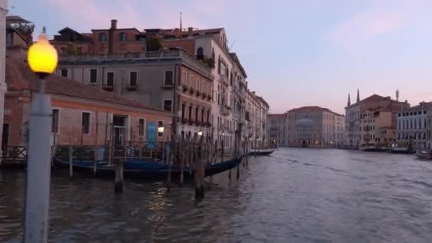 Campanile věž a Dóžecího paláce na náměstí svatého Marka v Benátkách