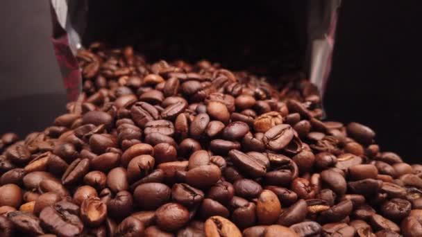 Kávová zrna čerstvě pražená zblízka