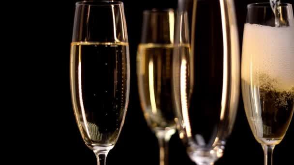 Gläser Champagner - Nahaufnahme in Zeitlupe