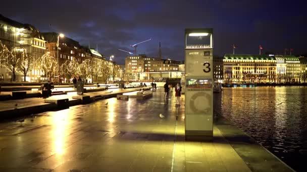 Berühmte Straße Jungfernstieg in der Hamburger Innenstadt bei Nacht