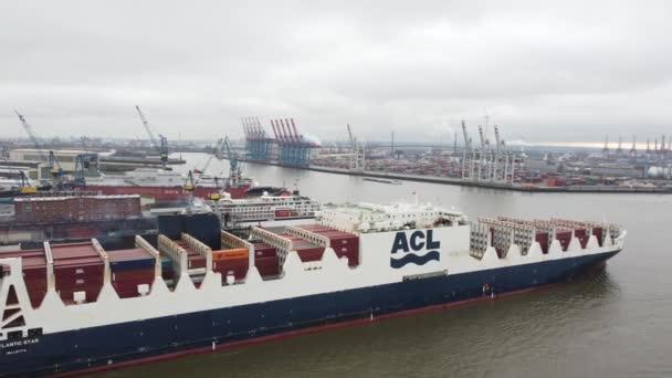 Riesiges Containerschiff im Hamburger Hafen - HAMBURG, DEUTSCHLAND - 25. DEZEMBER 2020