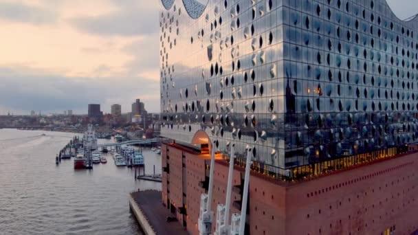 Die Fassade der Hamburger Elbphilharmonie - HAMBURG, DEUTSCHLAND - 24. DEZEMBER 2020