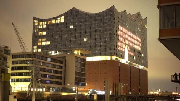 Berühmte Elbphilharmonie in Hamburg bei Nacht