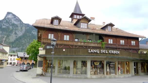 Typisch bemalte Häuser in der Altstadt von Oberammergau in Bayern - OBERAMMERGAU, DEUTSCHLAND - 26. Mai 2020