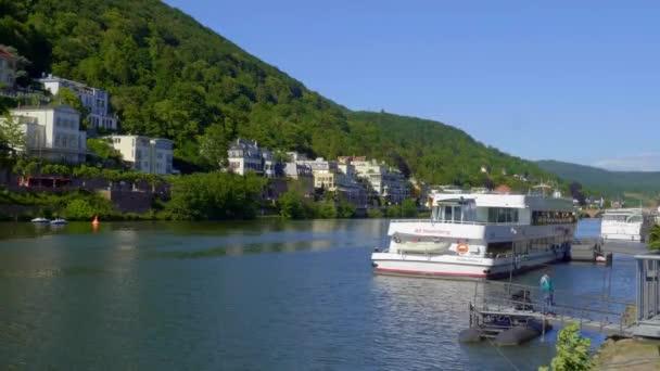 Schifffahrt auf dem Neckar in Heidelberg - HEIDELBERG, DEUTSCHLAND - 28. Mai 2020