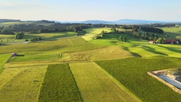 Flug über die schöne ländliche Landschaft des Allgäuer Allgäuers in den deutschen Alpen