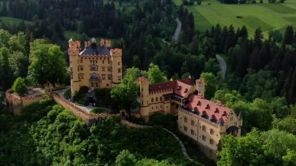 Berühmtes Schloss Hohenschwangau in Bayern Deutschland - das Hohe Schloss